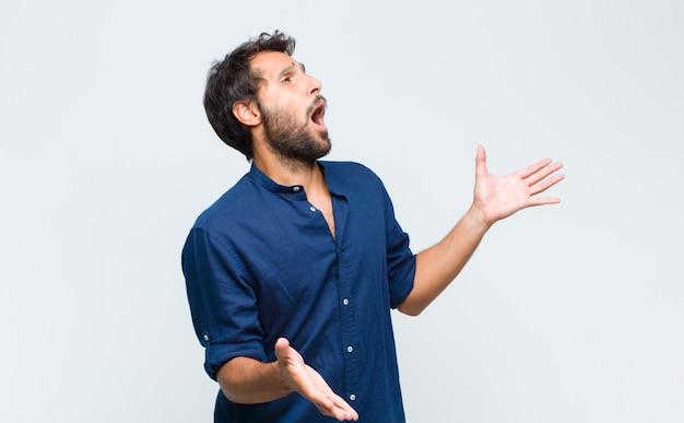 Młody przystojny mężczyzna wykonujący operę lub śpiewający na koncercie lub pokazie, czujący się romantycznie, artystycznie i namiętnie