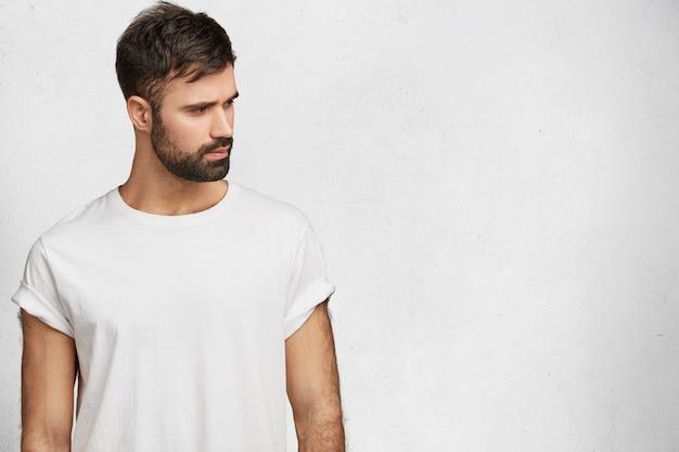 Młody przystojny mężczyzna z białą koszulką