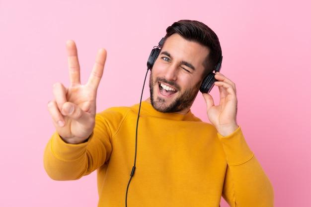 Młody przystojny mężczyzna z brody słuchania muzyki