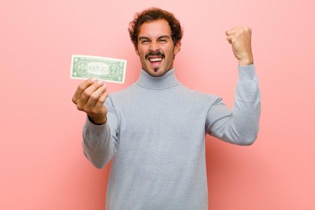 Młody przystojny mężczyzna z dolarowymi banknotami