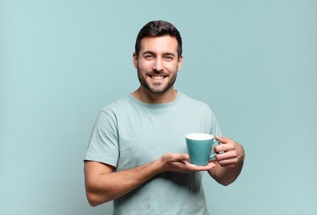 Młody przystojny mężczyzna z filiżanką kawy. koncepcja śniadania