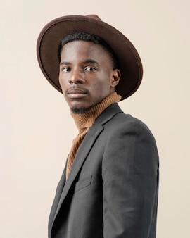 Młody przystojny mężczyzna z kapeluszem