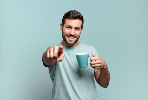 Młody przystojny mężczyzna z koncepcją śniadania w filiżance kawy