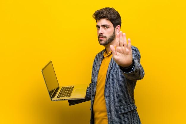 Młody przystojny mężczyzna z laptopem