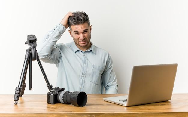 Młody przystojny nauczyciel fotografii jest w szoku