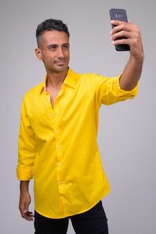 Młody Przystojny Perski Biznesmen Z żółtą Koszulką Premium Zdjęcia