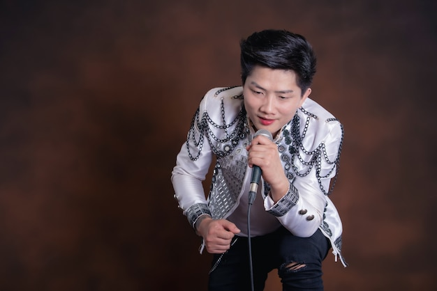 Młody przystojny piosenkarz człowiek w ubranie