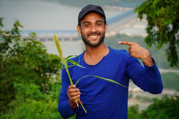Młody przystojny rolnik z rośliną