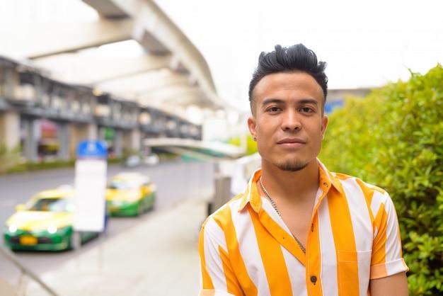 Młody Przystojny Wieloetnicznego Mężczyzna Na Ulicach Miasta Premium Zdjęcia