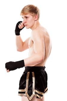 Młody przystojny wojownik w krótkich spodenkach