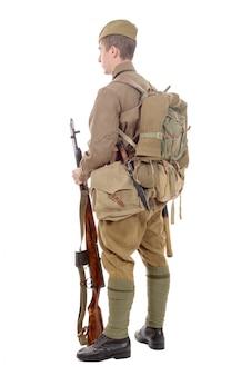 Młody radziecki żołnierz z karabinem