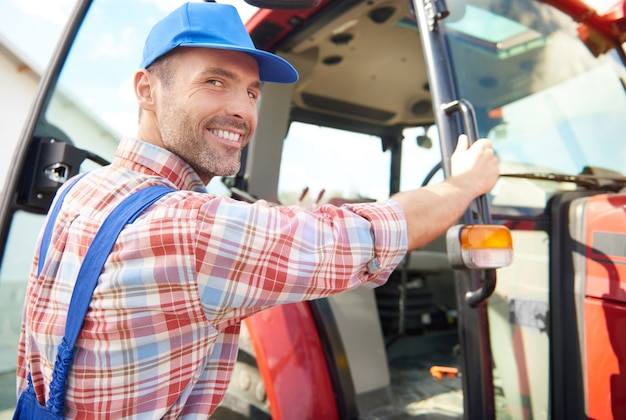 Młody rolnik dbający o swój biznes