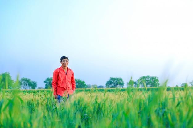 Młody rolnik indyjski w polu pszenicy