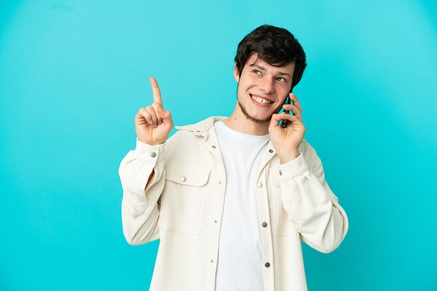 Młody rosjanin korzystający z telefonu komórkowego na białym tle, wskazując na świetny pomysł