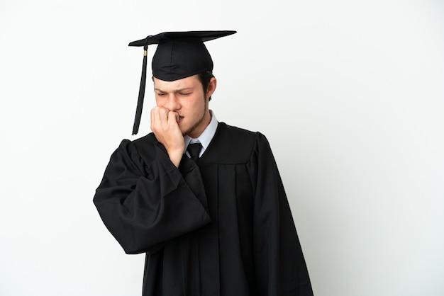 Młody rosyjski absolwent uniwersytetu na białym tle mający wątpliwości