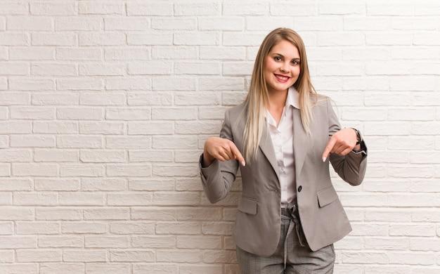 Młody rosyjski biznes kobieta myśli o pomyśle