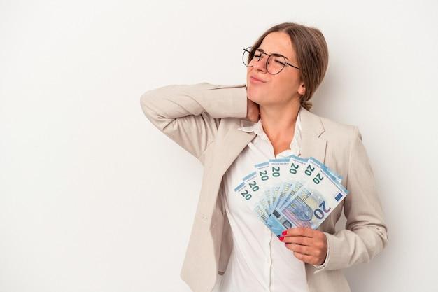 Młody rosyjski biznes kobieta trzyma banknoty na białym tle dotykając tyłu głowy, myśląc i dokonując wyboru.