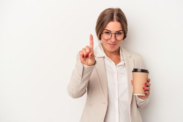 Młody rosyjski biznes kobieta trzyma banknoty na białym tle pokazując numer jeden z palcem.