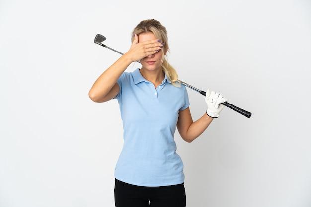 Młody rosyjski golfista kobieta na białym tle na białe zasłaniające oczy rękami. nie chcę czegoś widzieć