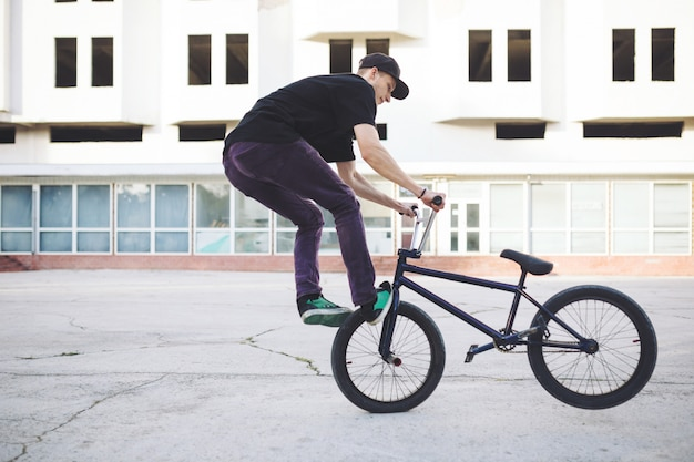 Młody rowerzysta bmx