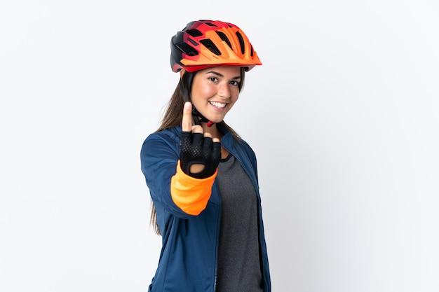 Młody rowerzysta brazylijski dziewczyna na białym tle robi nadchodzącego gestu