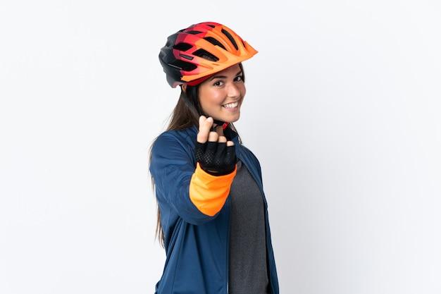 Młody rowerzysta brazylijski dziewczyna na białym tle zarabianie pieniędzy gest