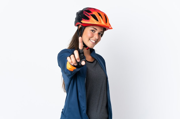 Młody rowerzysta brazylijski młoda kobieta na białym tle na białym tle pokazując i podnosząc palec