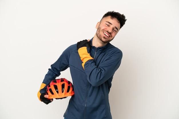 Młody rowerzysta mężczyzna na białym tle śmiejąc się