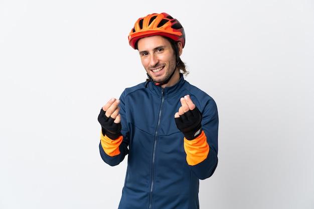 Młody rowerzysta mężczyzna na białym tle zarabiania pieniędzy gest