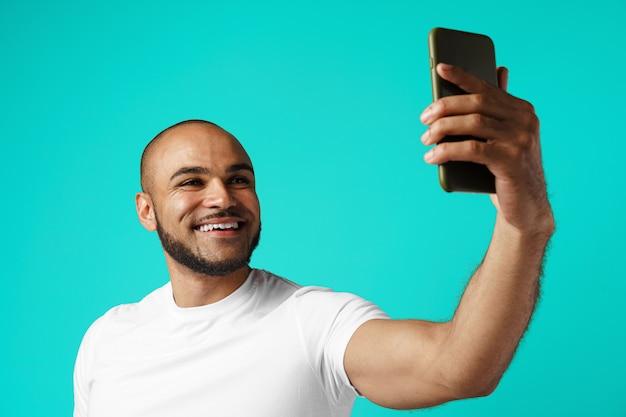 Młody rozochocony amerykanina afrykańskiego pochodzenia mężczyzna bierze selfie obrazek