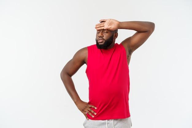 Młody sport african american człowiek niezadowolony i sfrustrowany czymś, negatywny wyraz twarzy.