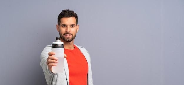 Młody sport człowiek z butelką wody