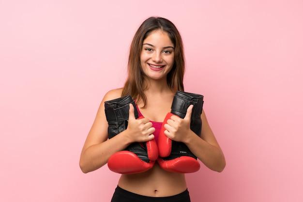 Młody sport dziewczyny tło z bokserskimi rękawiczkami