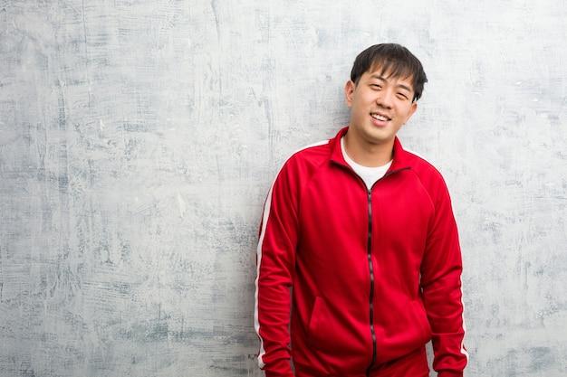 Młody sport fitness chiński wesoły z dużym uśmiechem