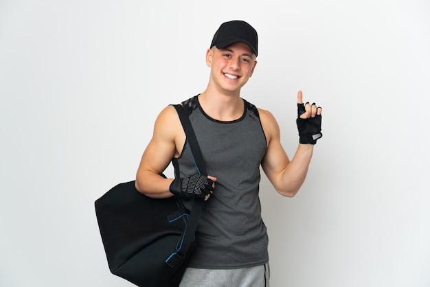 Młody sport kaukaski mężczyzna z torbą na białym tle, wskazując na świetny pomysł
