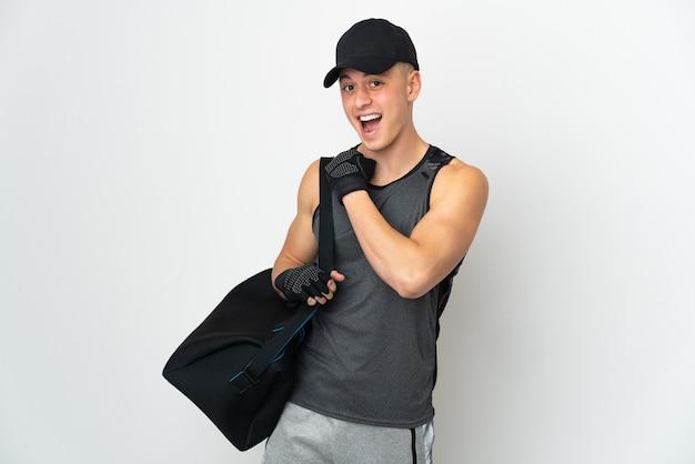 Młody sport kaukaski mężczyzna z torbą na białym tle