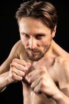 Młody sportowiec bez koszuli robi bójki