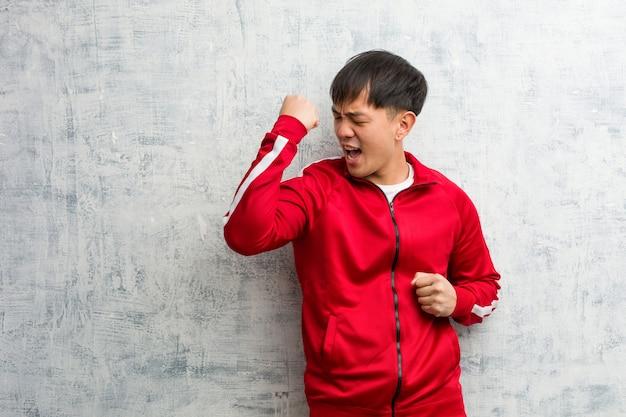 Młody sportowiec chiński fitness, który się nie poddaje