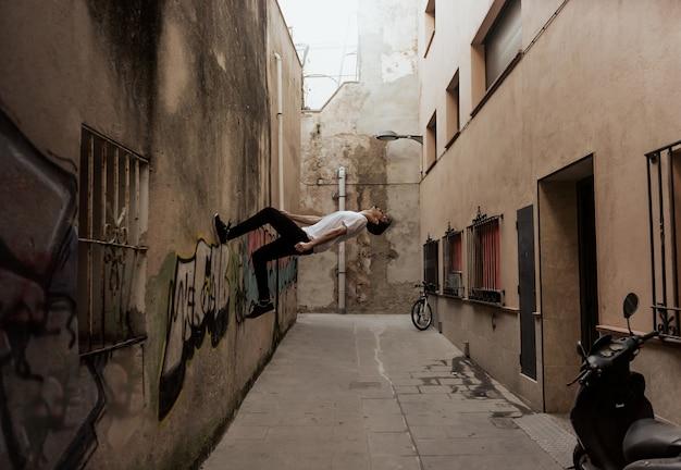 Młody sportowiec ćwiczy parkour.