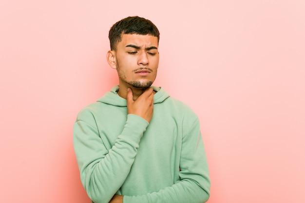 Młody sportowiec hiszpanin cierpi ból gardła z powodu wirusa lub infekcji.