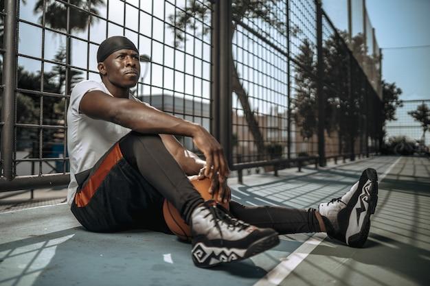 Młody sportowiec mężczyzna pozuje letni dres zdrowy styl