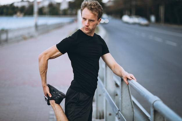 Młody sportowiec, poranne ćwiczenia