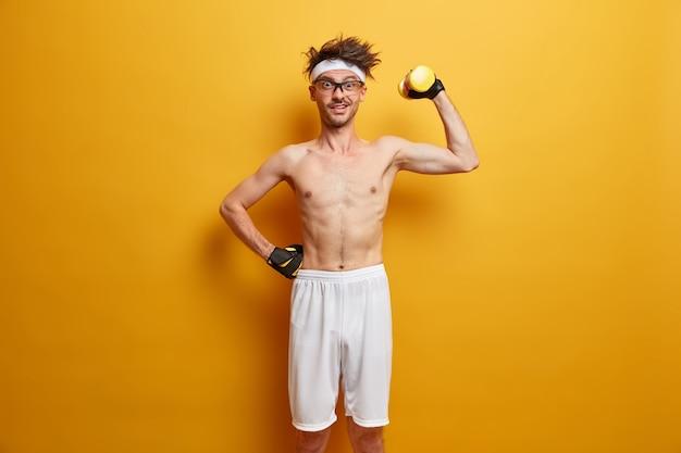 Młody sportowiec przygotowuje się do jego treningu na białym tle
