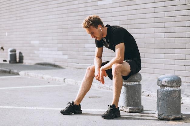 Młody sportowiec zatrzymał się, by usiąść