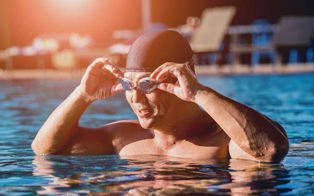 Młody sportowy mężczyzna dopłynięcie w pływackim basenie