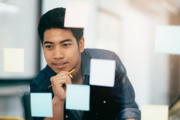 Młody startup biznesmen planowania strategii biznesowej.