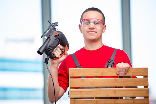 Młody stolarz meblowy w przemyśle