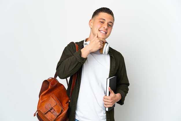 Młody student kaukaski mężczyzna na białym tle szczęśliwy i uśmiechnięty