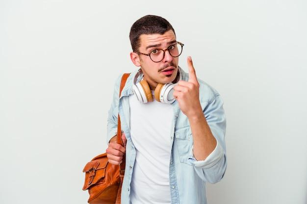 Młody student kaukaski mężczyzna słuchanie muzyki na białym tle na białym tle o pomysł, koncepcja inspiracji.
