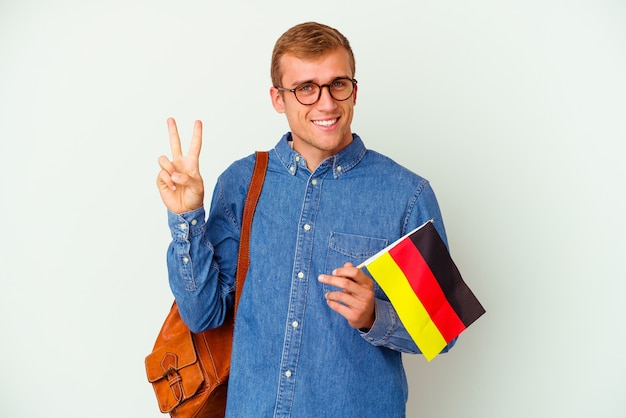 Młody student kaukaski mężczyzna studiuje niemiecki na białym tle na biały, pokazując numer dwa palcami.